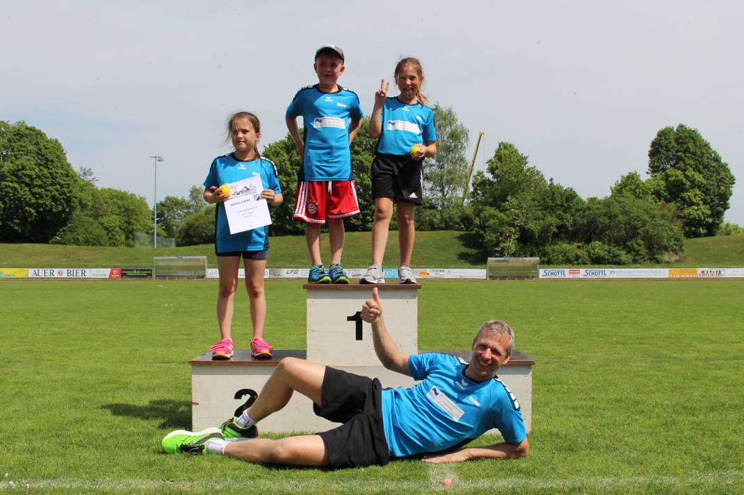 Röhrmooser Leichtathleten stehen auf dem Siegerpodest beim Vierkampf der Kinderleichtathletik